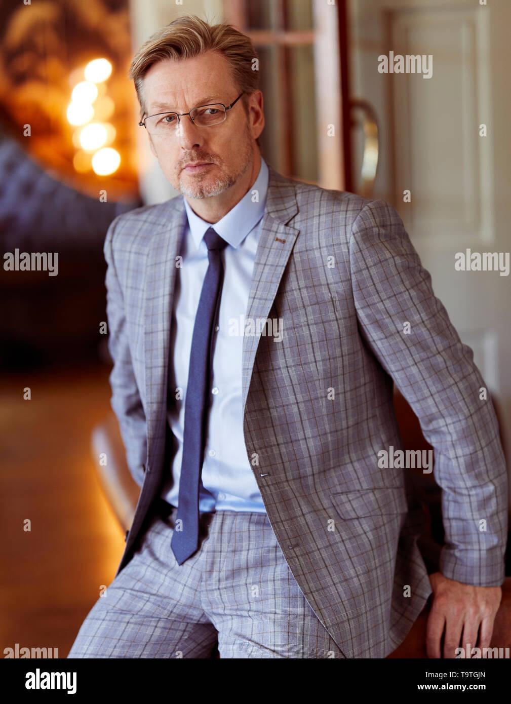 Uomo che indossa gli occhiali cercando apprensivi Foto Stock