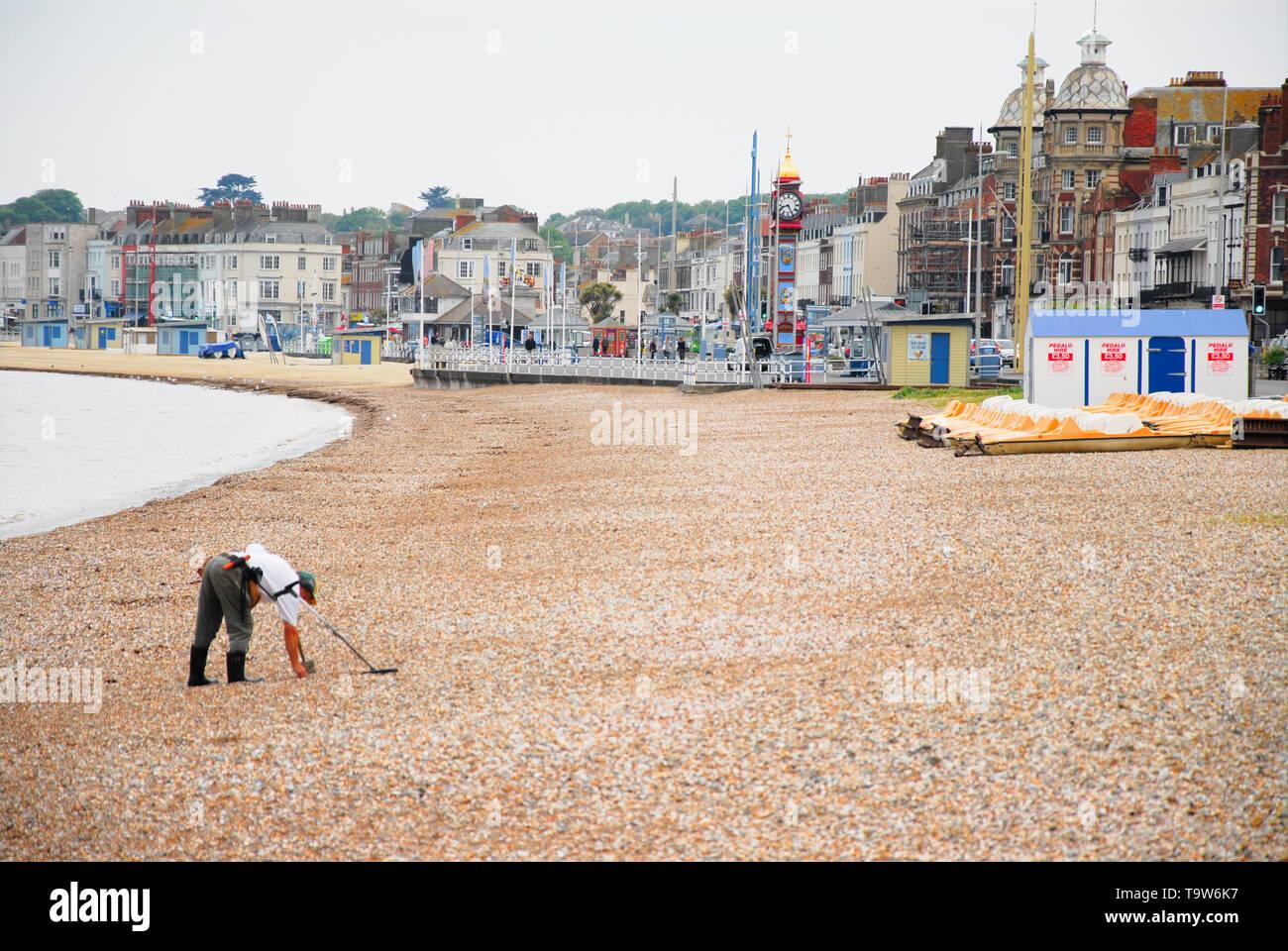 Weymouth. Il 20 maggio 2019. Un uomo che usa il suo rivelatore di metalli per la ricerca per la perdita di modificare su una cortina di nubi Weymouth beach. Credito: stuart fretwell/Alamy Live News Immagini Stock