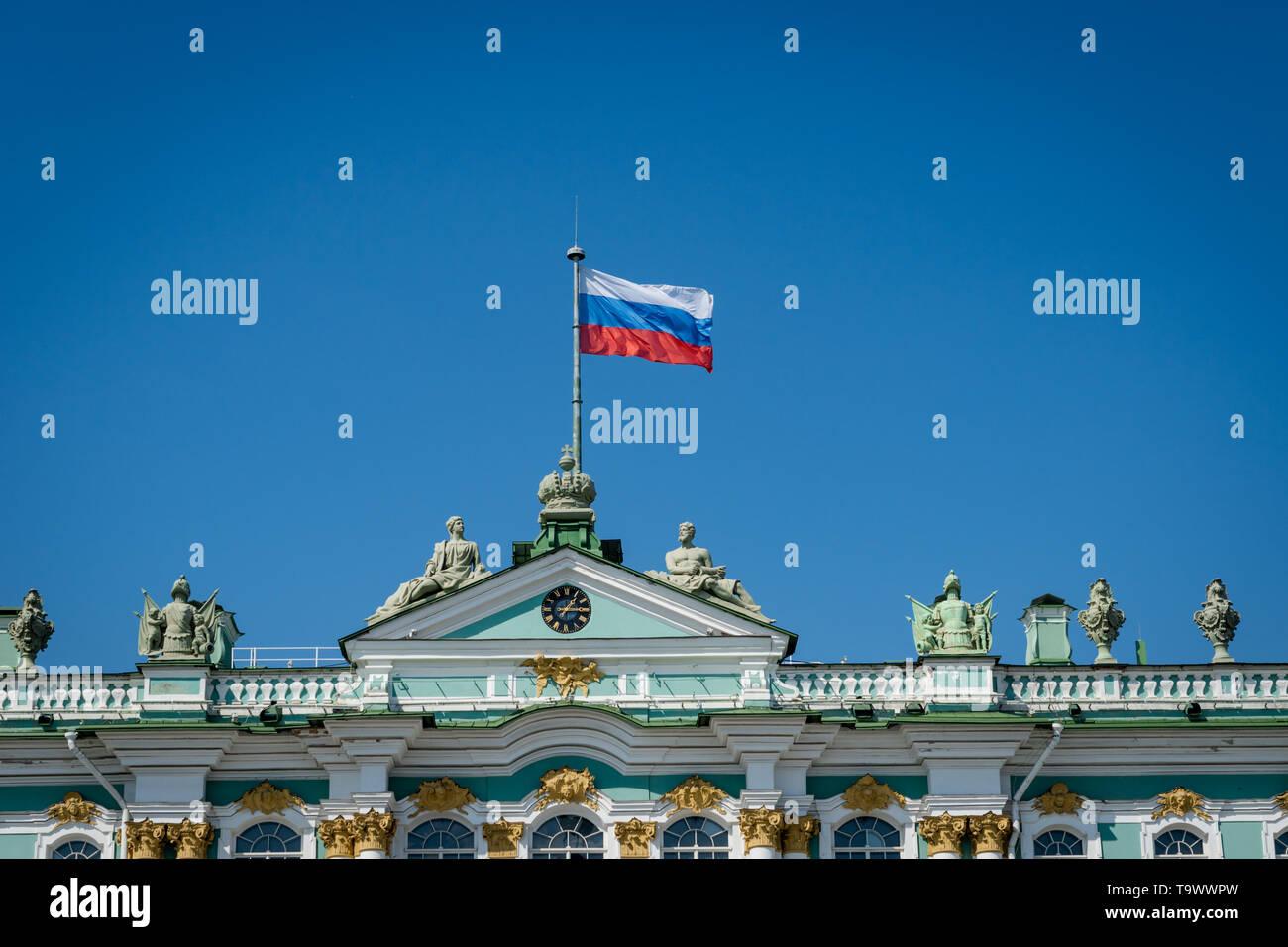 Bandiera russa sventolare sulla sommità del Museo Hermitage di San Pietroburgo, Russia - bandiera della Federazione russa. Foto Stock