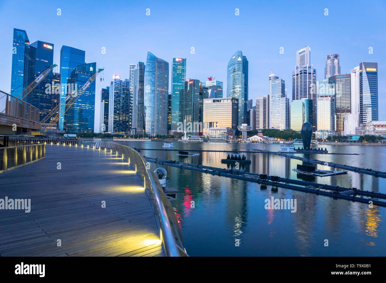 Singapore - Gennaio 2019: Singapore skyline Marina Bay area di San. Singapore centro città CBD waterfront è una zona popolare per visitatori e turisti. Foto Stock