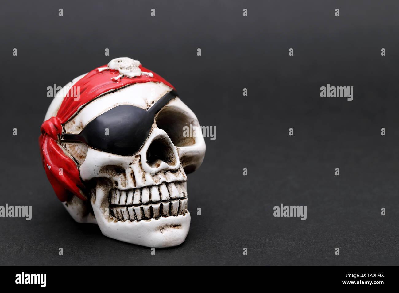 Immagini Di Teschio Pirati il teschio pirata con rosso fazzoletto di testa su sfondo