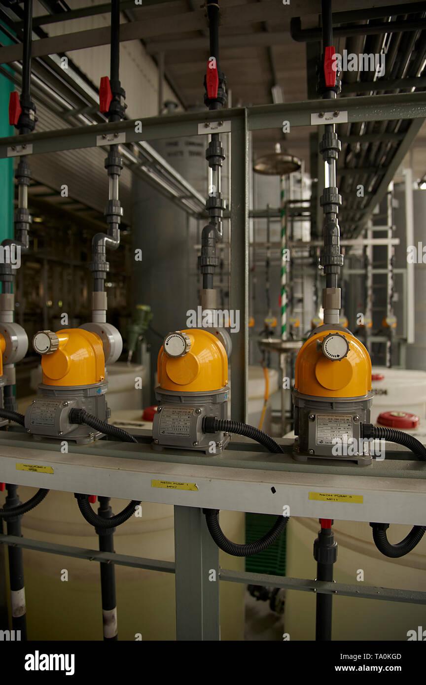 I lavoratori di indossare abbigliamento protettivo duro a lavorare in una fabbrica che produce zuppe su scala industriale Immagini Stock