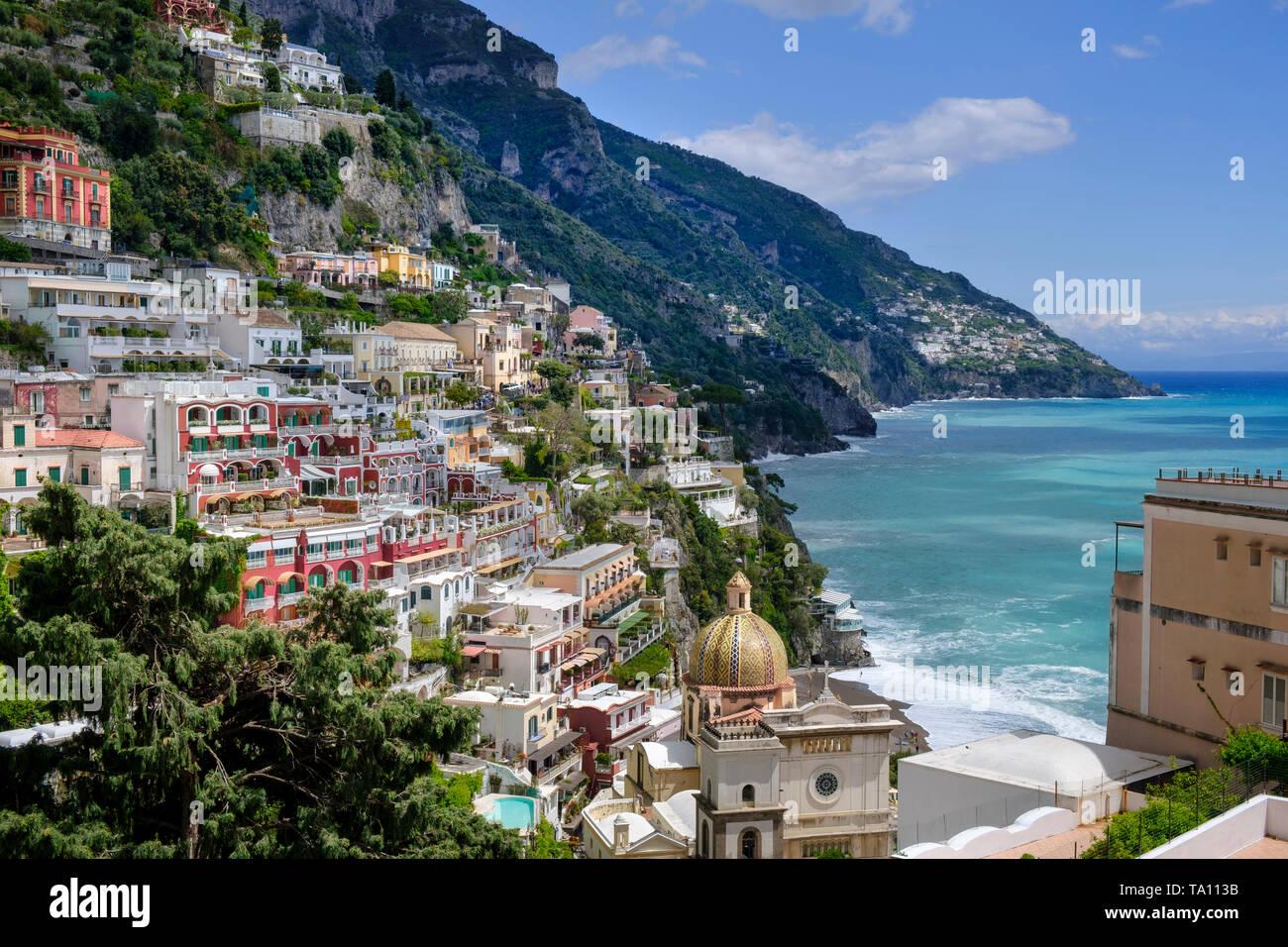 Positano popolare meta di vacanza sulla Costiera Amalfitana in Campania Italia meridionale. La cupola del duomo di Santa Maria Assunta in primo piano. Immagini Stock
