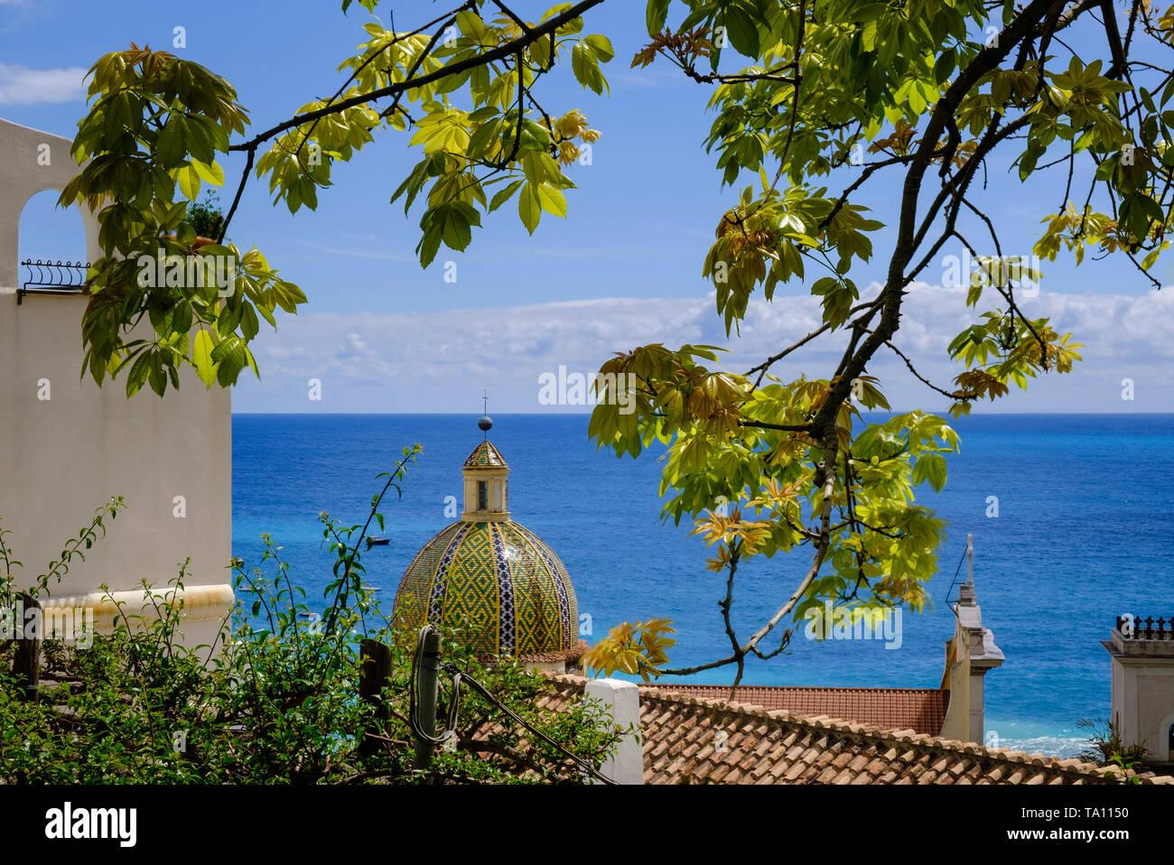 La cupola del duomo di Santa Maria Assunta a Positano popolare meta di vacanza sulla Costiera Amalfitana in Campania Italia Meridionale Immagini Stock