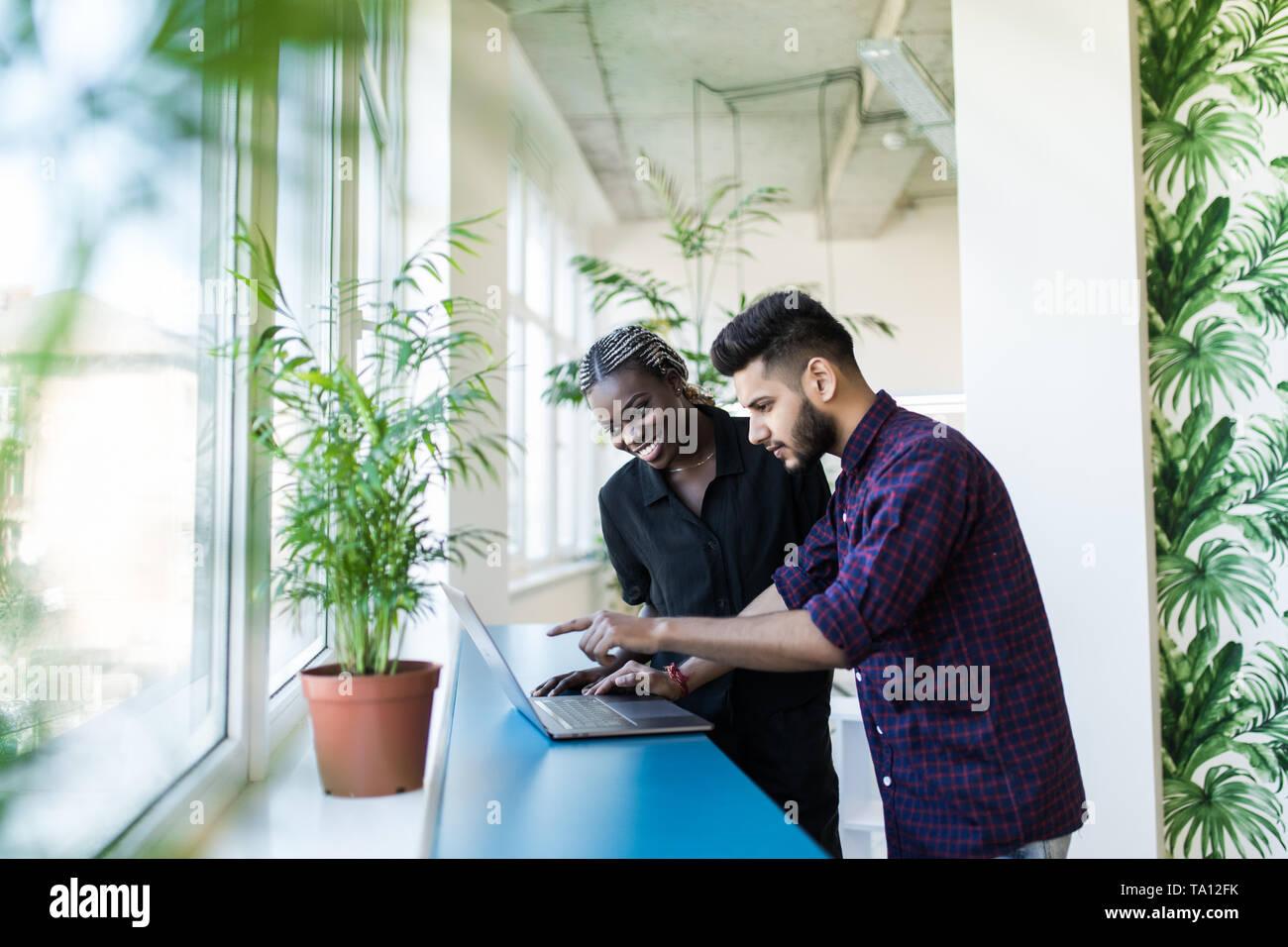 Business Partner di lavoro in ufficio su un computer Foto Stock