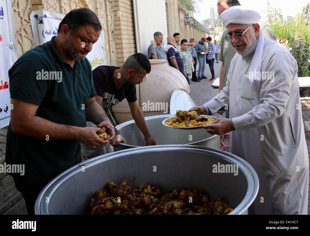 Baghdad in Iraq. 21 Maggio, 2019. La gente di preparare il cibo per la distribuzione a Abu Hanifa moschea di Baghdad, Iraq, il 21 maggio 2019. Nel tardo pomeriggio di martedì, centinaia di iracheni formata una lunga coda a Abu Hanifa moschea a nord di Bagdad, in attesa di ricevere Iftar pasti offerti dall'ambasciata cinese in Iraq. Credito: Khalil Dawood/Xinhua/Alamy Live News Immagini Stock