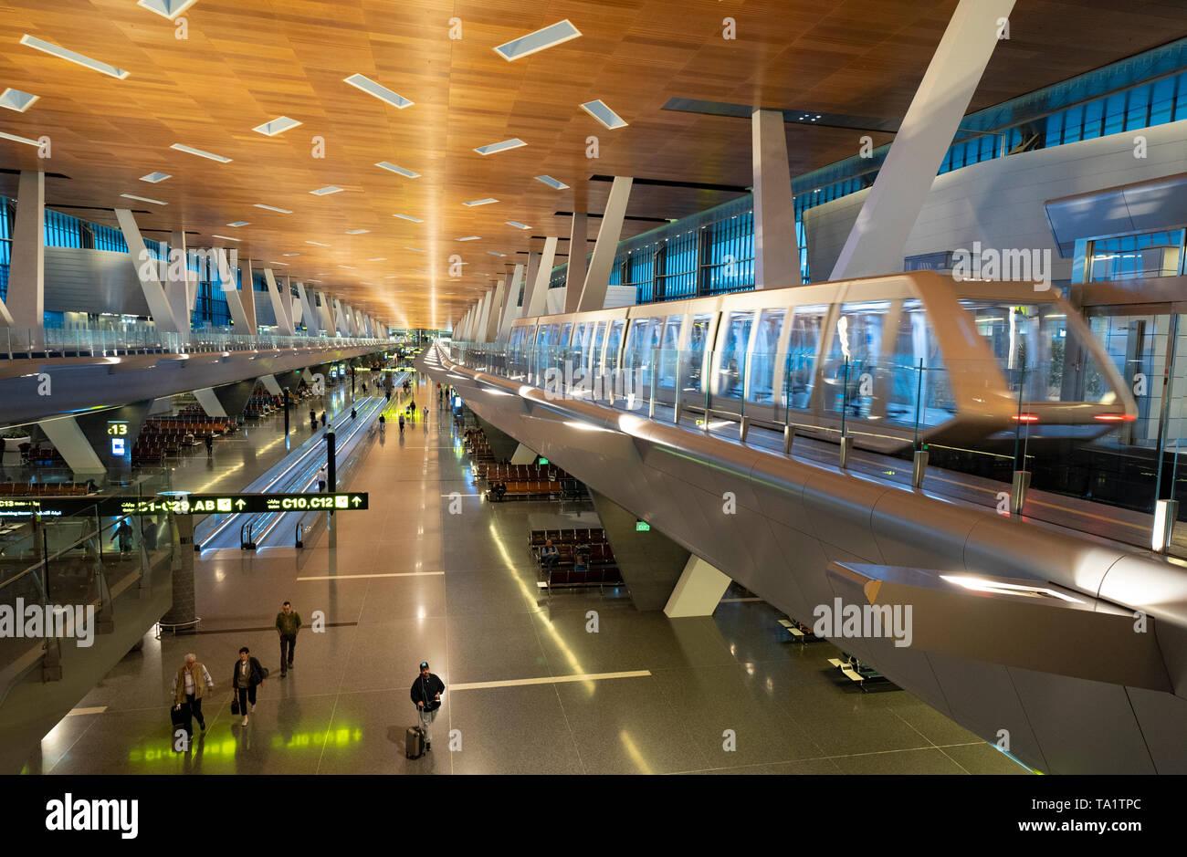 Passeggero elevati il treno navetta nel terminal dell'Hamad dall'Aeroporto Internazionale di Doha in Qatar Foto Stock
