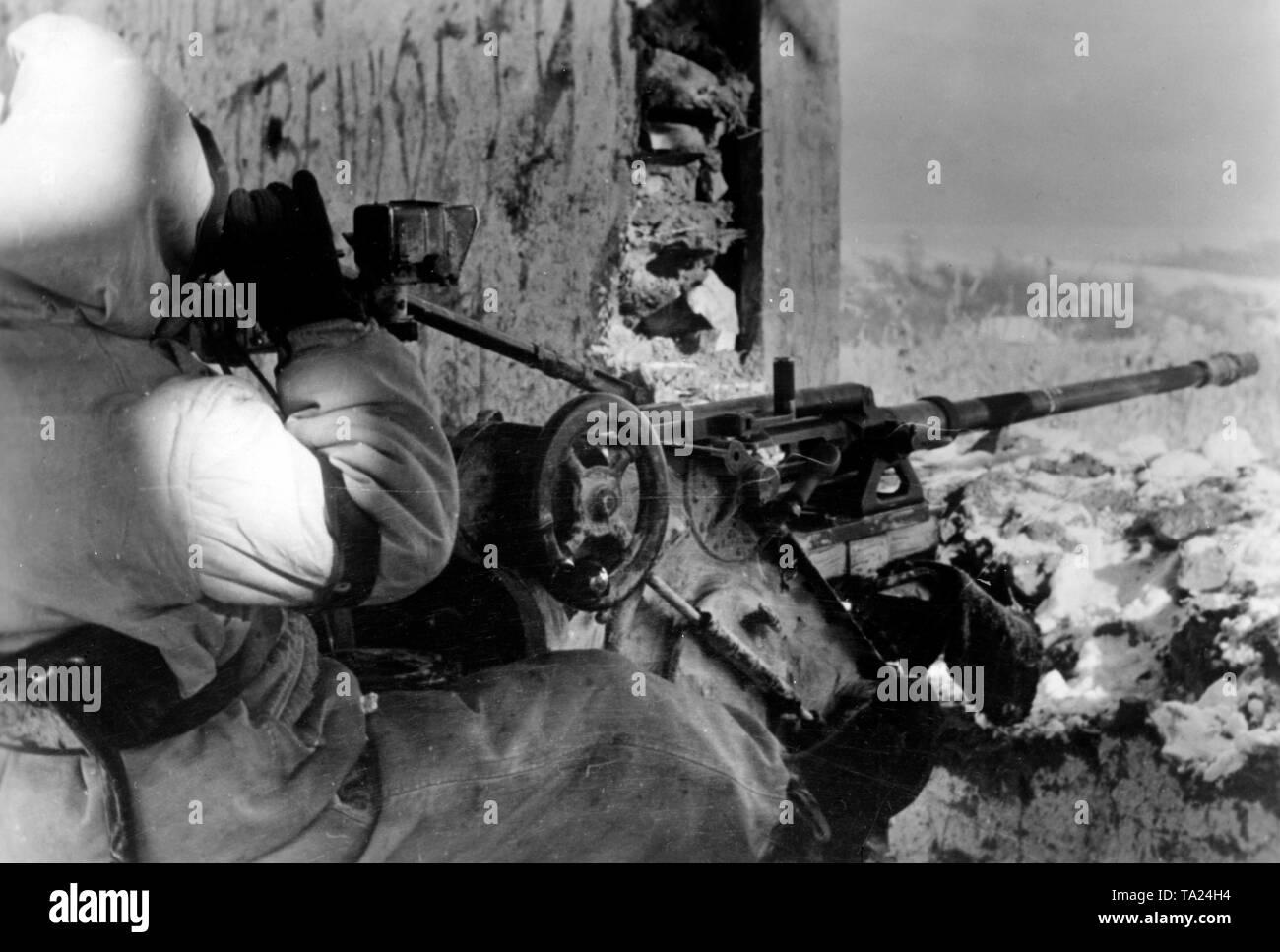 Un soldato tedesco osserva i dintorni di una rovina su di una piccola collina. Egli siede su un 2 cm flak 30 che è stato destinato per i bersagli di terra. Foto di Propaganda Company (PK): corrispondente di guerra Liedtke. Foto Stock