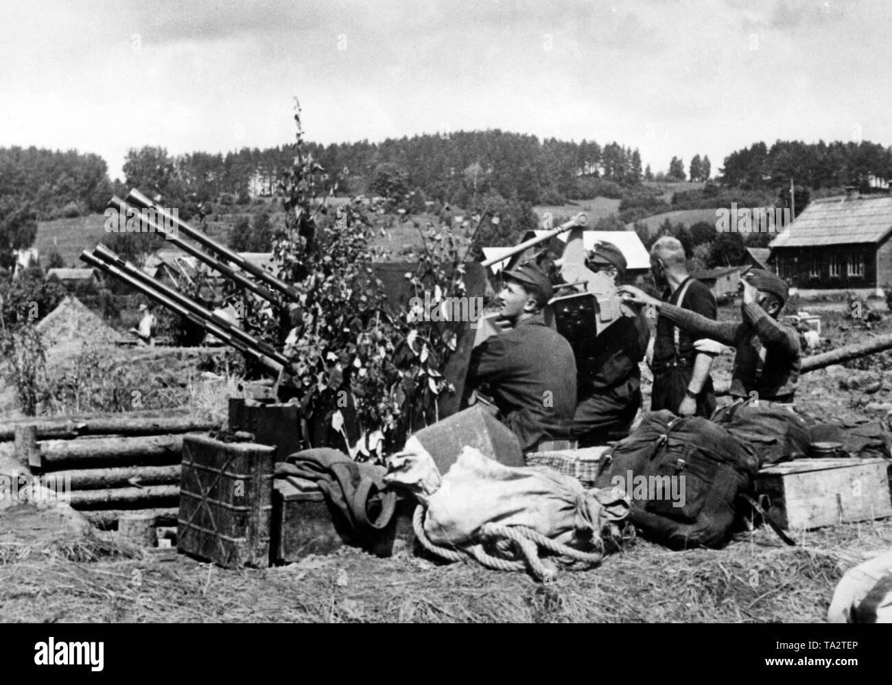 Tedesco bombardiers antiaerea posizionarsi nella zona del fiume Daugava con loro a 2 cm Flak Vierling 38. Foto di Propaganda Company (PK): corrispondente di guerra Kamm. Immagini Stock