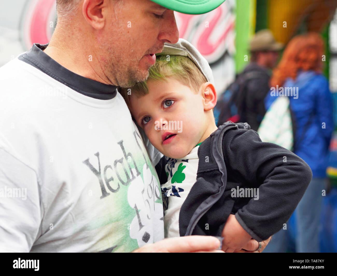 Little Boy è detenuto da suo padre al 2019 per il giorno di San Patrizio Block Party nel Corpus Christi, Texas USA. Immagini Stock