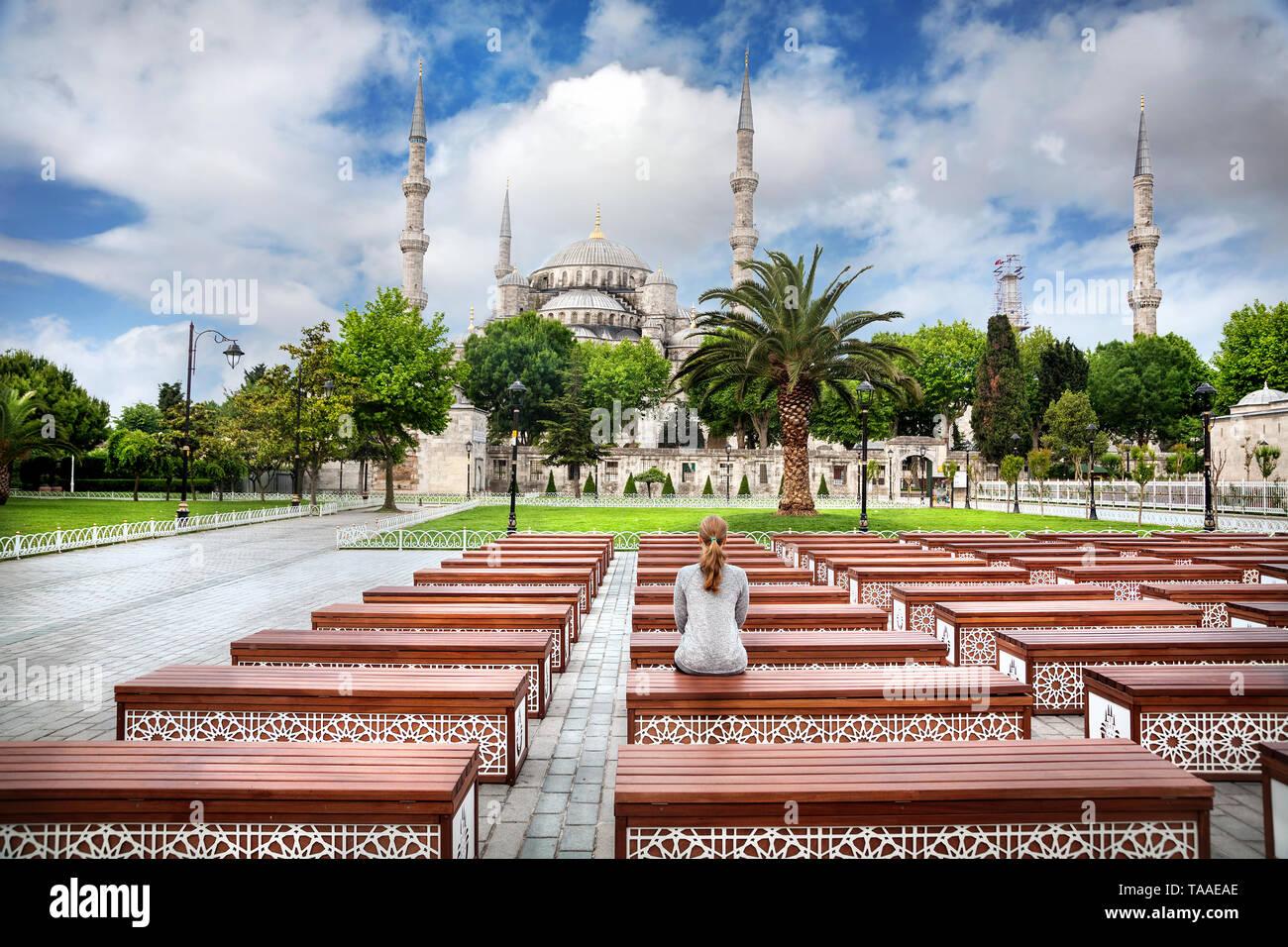 Donna sul banco di lavoro guardando la moschea blu ad Istanbul in Turchia Immagini Stock