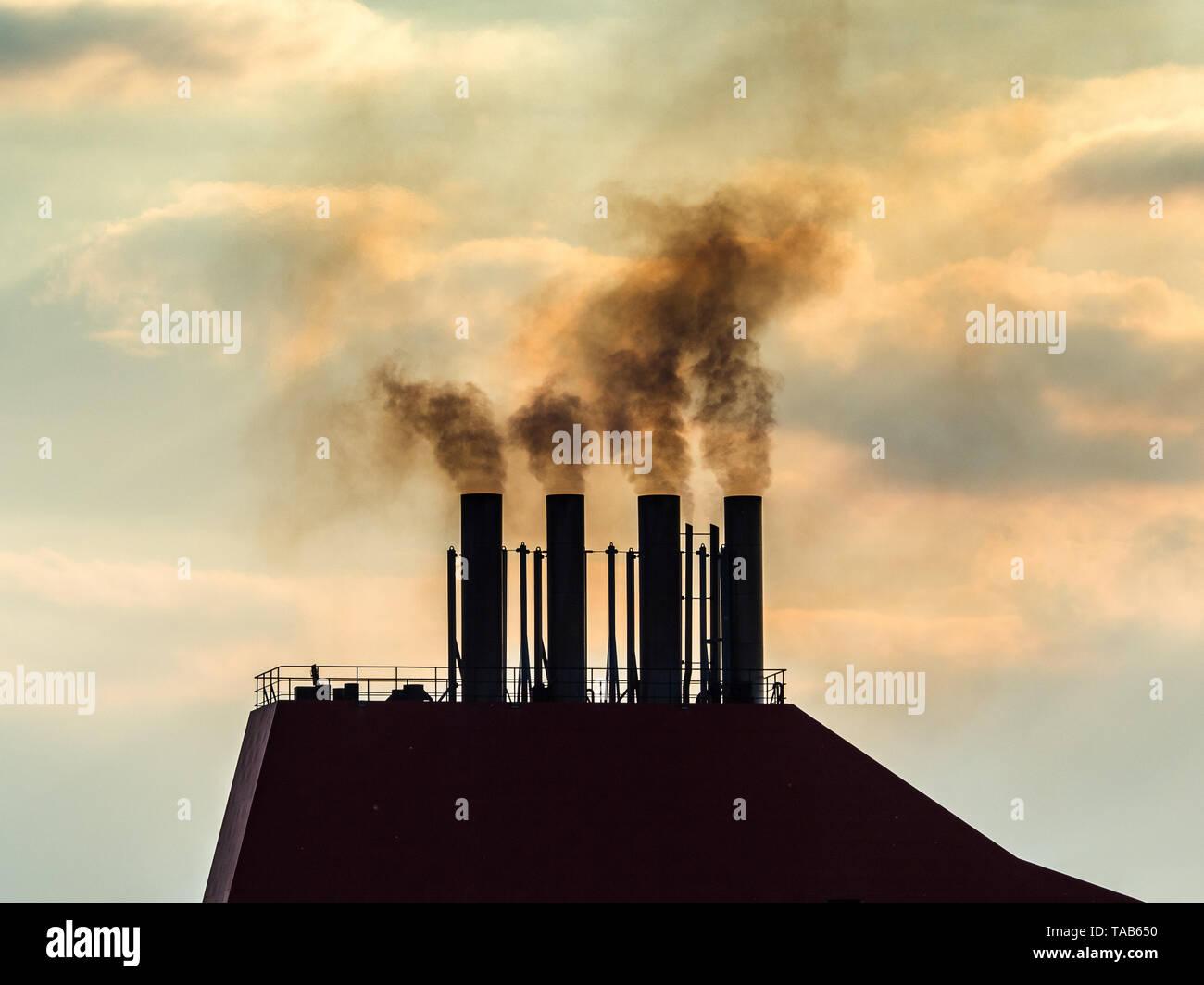 Nave Imbuto di scarico - Inquinamento provocato dalle navi - fumo dalla nave container Immagini Stock