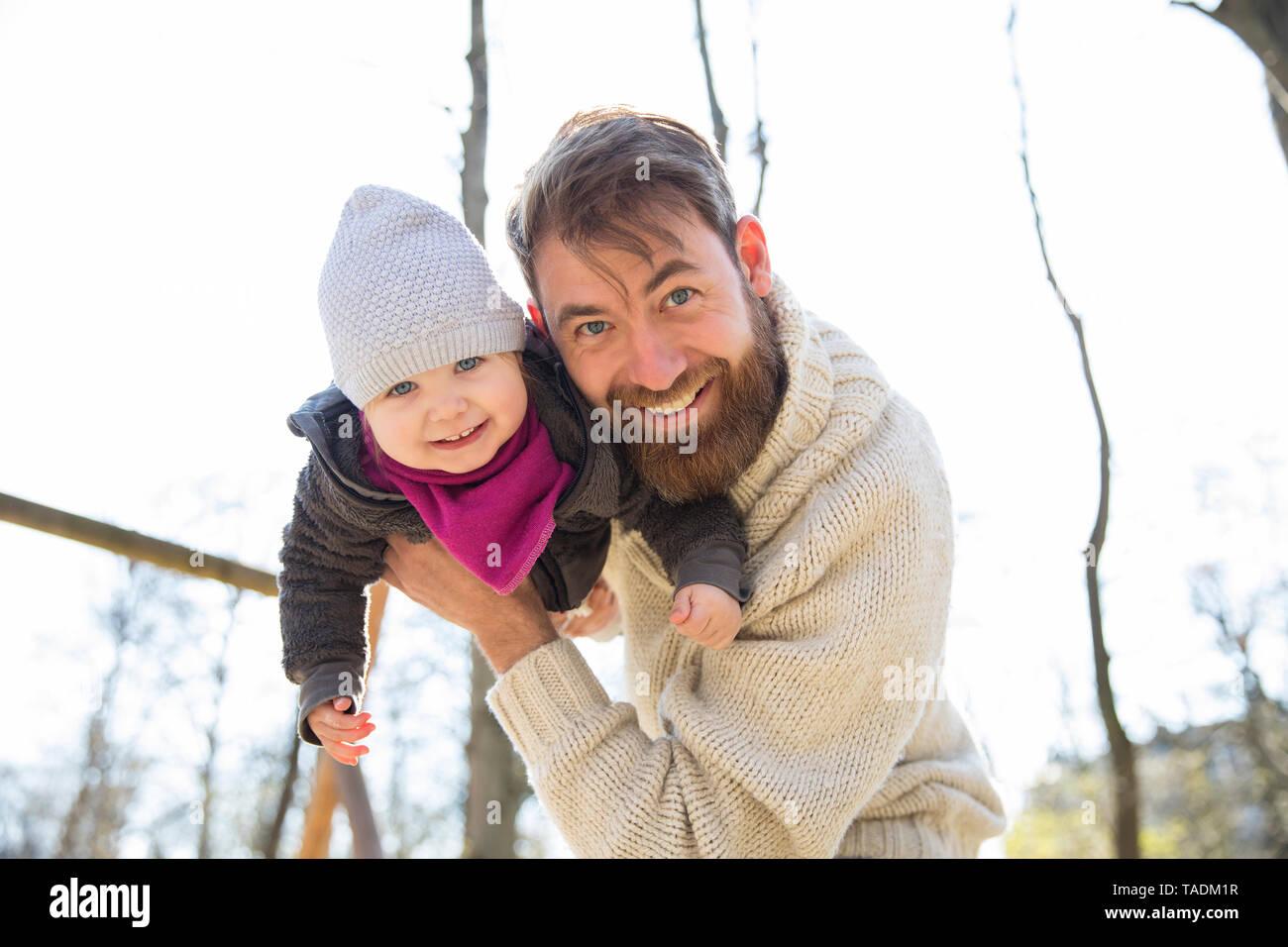 Ritratto di Padre Felice figlia di trattenimento in posizione di parcheggio Foto Stock