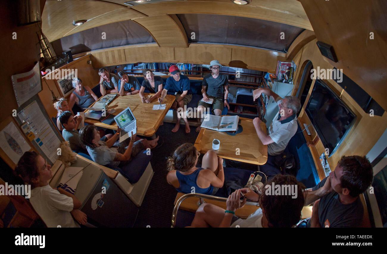 Tara Oceans Spedizioni - Maggio 2011. Il prof. Gabriel Gorsky intervenendo alla riunione scientifica a bordo di Tara, Guayaquil-Galapagos gamba; Ecuador Foto Stock