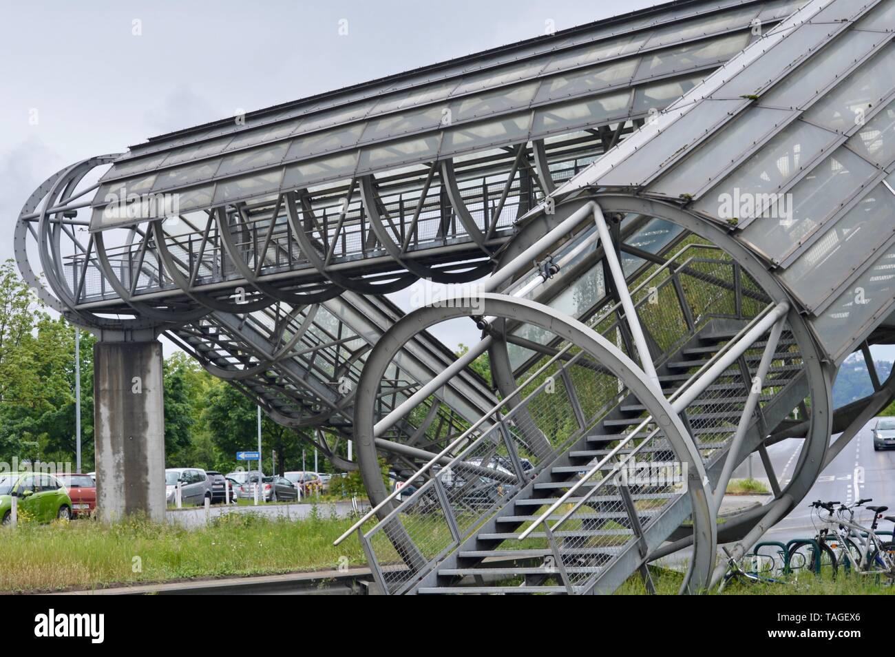 Funzionali e moderne opere d'arte crosswalk pedonale ponte in Linz, Austria Immagini Stock