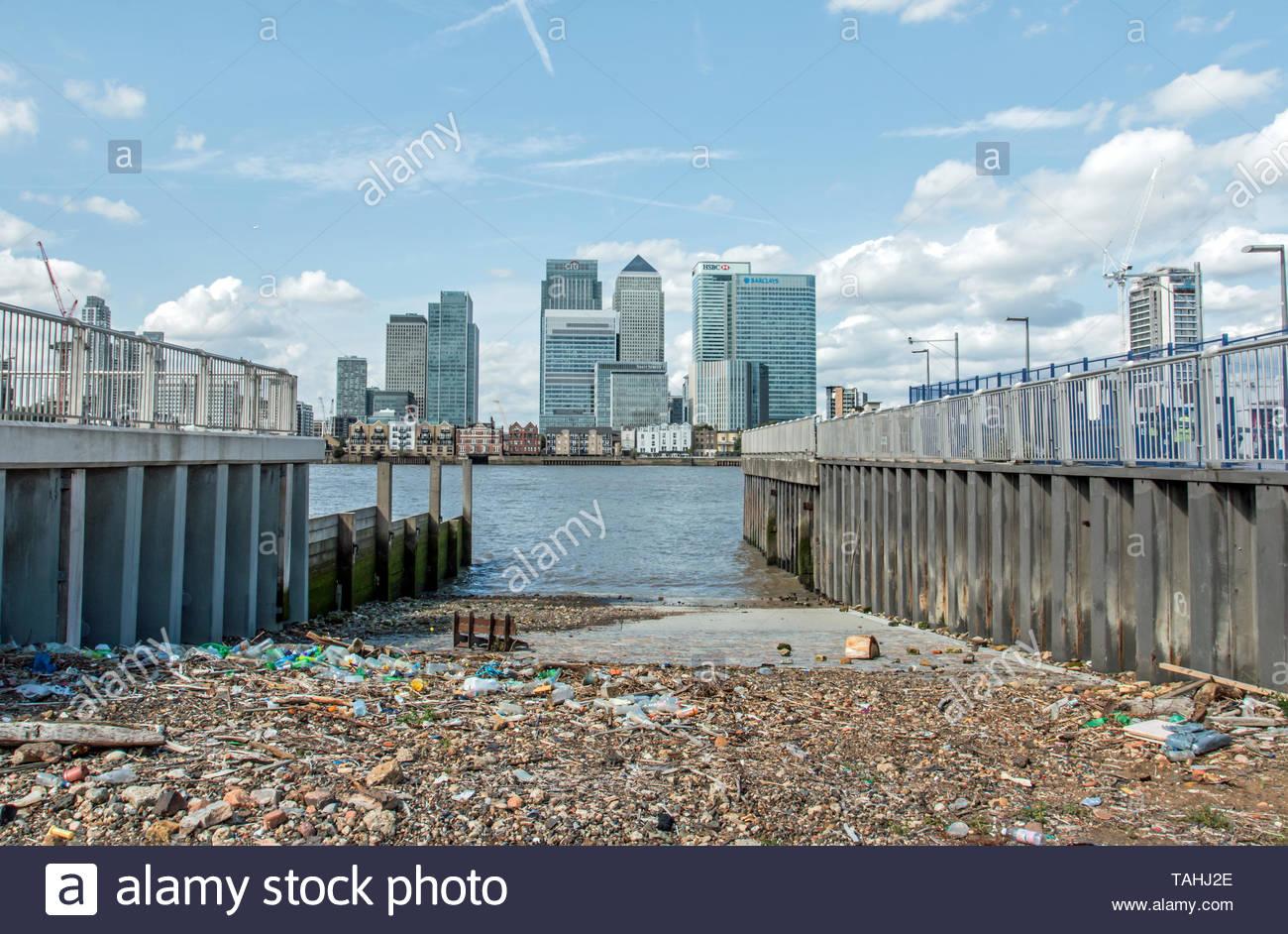 Rifiuti di plastica lavati fino sul Fiume Tamigi, Londra causando problemi ambientali. Foto Stock