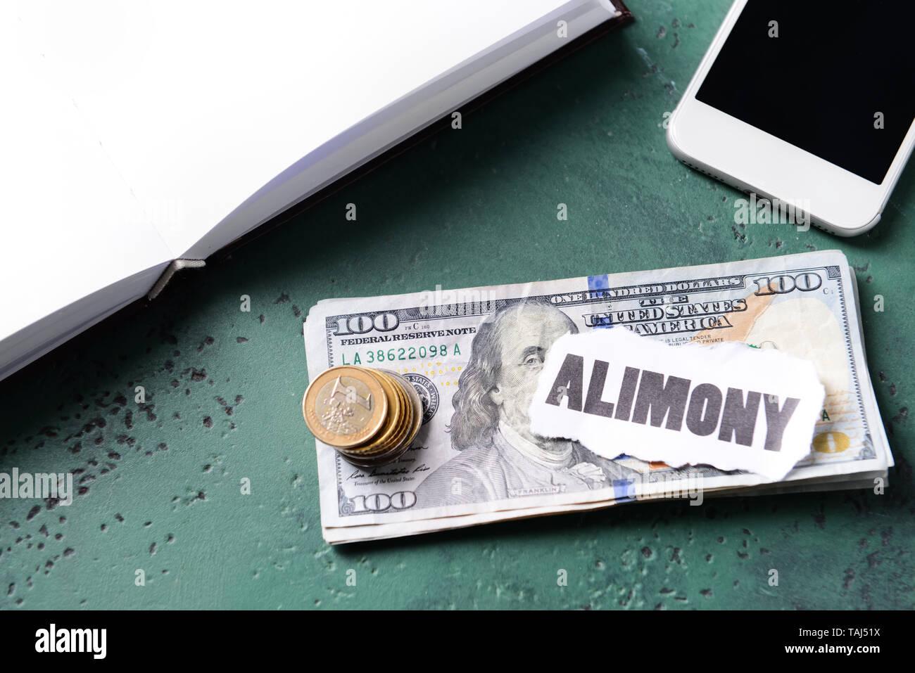 Denaro e carta con testo ALIMONY sul tavolo Immagini Stock