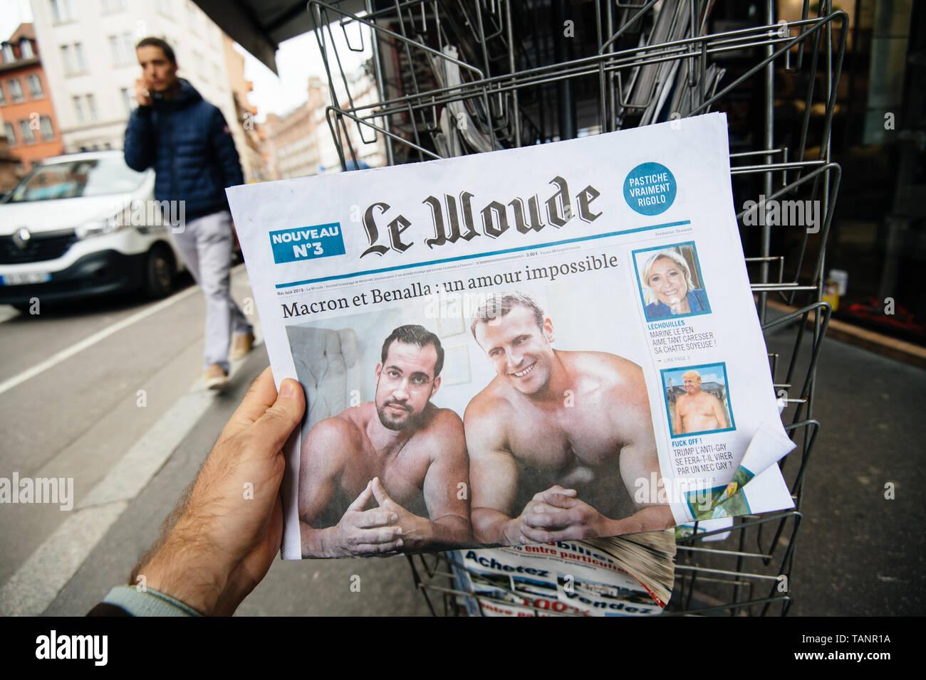 Strasburgo, Francia - 27 Maggio 2019: uomo azienda Acquisto giornale satirico Le Wonde con Emmanuel Macron e Alexandre Benalla sul coperchio Immagini Stock