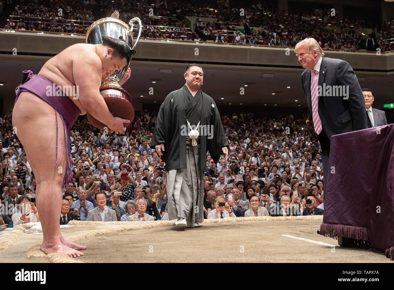 Stati Uniti Presidente Donald Trump si inarca per il Sumo Grand Champion Asanoyama, sinistra, dopo aver presentato a lui con i presidenti Cup al Ryogoku Kokugikan Stadium, 26 maggio 2019 a Tokyo, Giappone. Immagini Stock
