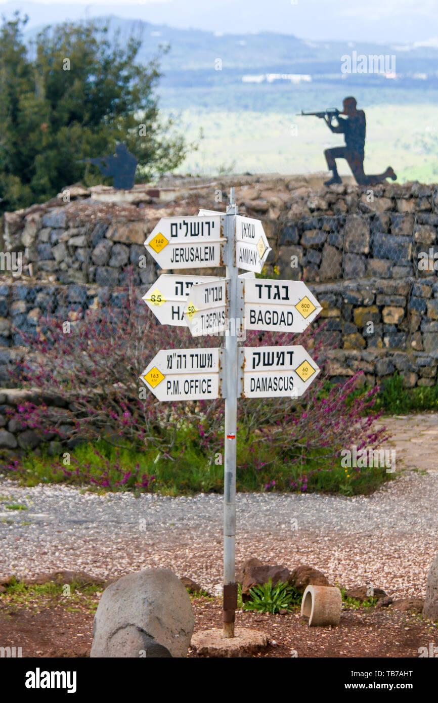 Segno che indica la distanza a città del Medio Oriente e delle Alture del Golan, Israele. Immagini Stock