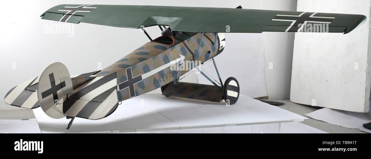 Fokker E-V 157/18 - una multa battenti il modello in scala di questa prima guerra mondiale imperiali tedeschi Flying Corps monoplan, la fusoliera in legno, mainplanes e unità di coda rivestita in tessuto fine, con buona cockpit dettagliato comprensivo del pilota della Seat, stick di comando, il timone e i pedali di gas, la parte superiore della fusoliera, con due sincronizzata Spandau mitragliatrici, il metallo, cofano motore a nascondere una quattro tempi a benzina motore di azionamento di un due-lama 61 cm diametro Elica bipala in legno, i rinforzi di irrigidimento, con cavi di controventatura, il carrello principale con le ruote con copertone in gomma con i dischi di raggio, la parte posteriore della fusoliera con coda ski, Editorial-Use-solo Foto Stock