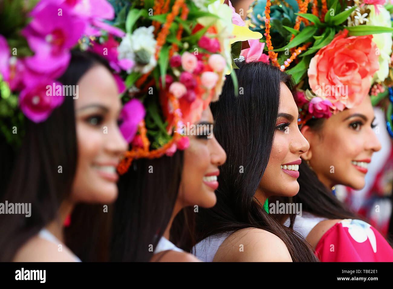 """Pechino, Filippine. 25 Maggio, 2018. I concorrenti per la Binibining Pilipinas (Miss Filippine) 2019 frequentare l'annuale """"Grand Parade di bellezze' in Quezon City, Filippine, 25 maggio 2018. Credito: Rouelle Umali/Xinhua/Alamy Live News Immagini Stock"""
