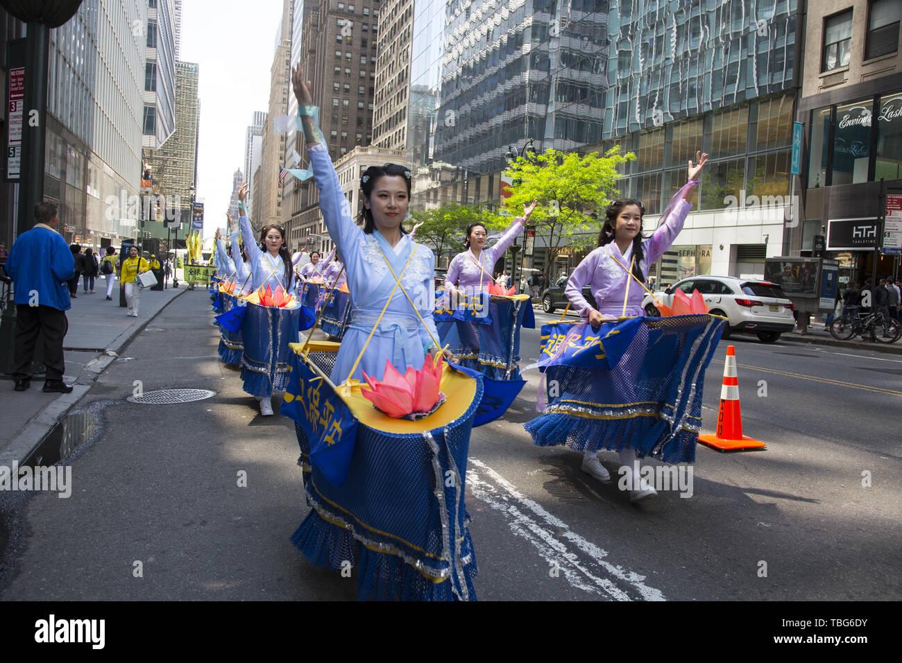 Membri internazionali del Falun Dafa marzo dall'ONU per il Consolato Cinese in NYC chiedono la fine della persecuzione dei suoi membri in Cina. Falun Dafa anche Falun Gong Standard cinese mandarino: [fàlwə̌n tâfà]; letteralmente, 'Ruota harma pratica' o 'legge pratica ruota') è una religiosa cinese pratica spirituale che combina la meditazione e esercizi di Qigong con una filosofia morale centrata sui principi della veridicità, la compassione e la sopportazione (cinese: 真、善、忍). La pratica sottolinea la moralità e la coltivazione della virtù e la identifica come una pratica di Qigong della schoo buddista Immagini Stock