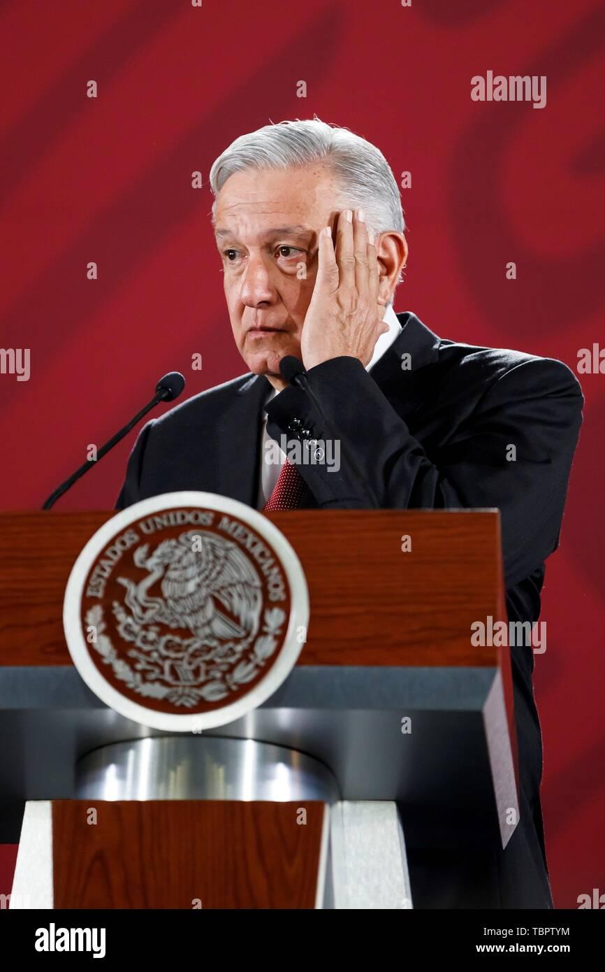 """Città del Messico. 03 Giugno, 2019. Il presidente del Messico, Andrés Manuel Lopez Obrador, parla durante la sua mattina conferenza stampa presso il Palazzo Nazionale a Città del Messico, Messico, 03 giugno 2019. Obrador detto lunedì che la sua politica di dialogo con gli Stati Uniti dopo l'annuncio delle tariffe è parte di una """"strategia"""" per dare 'fiducia e certezza"""", e ha detto che un accordo sarà raggiunto. Credito: Jose Mendez/EFE/Alamy Live News Immagini Stock"""