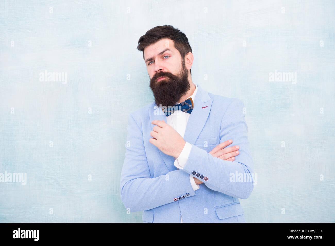 Come battere i nervi sul giorno di nozze. Uomo Barbuto hipster abito formale con il filtro bow tie. Moda nuziale. Stile formale abito perfetto. Sposo impeccabile. Suggerimenti per affrontare pre wedding l'ansia. Suggerimenti per sposi. Immagini Stock