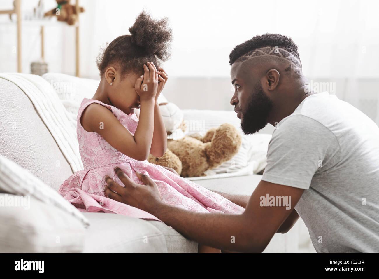 Amare African American dad confortante a piangere la figlia Foto Stock