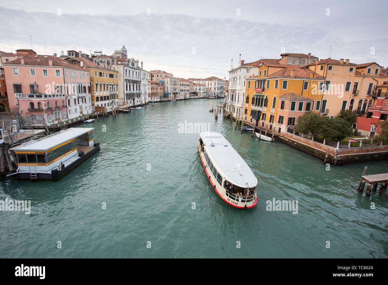 Venezia, Veneto, Italia : vista del Canal Grande dal ponte dell'Accademia. Foto Stock