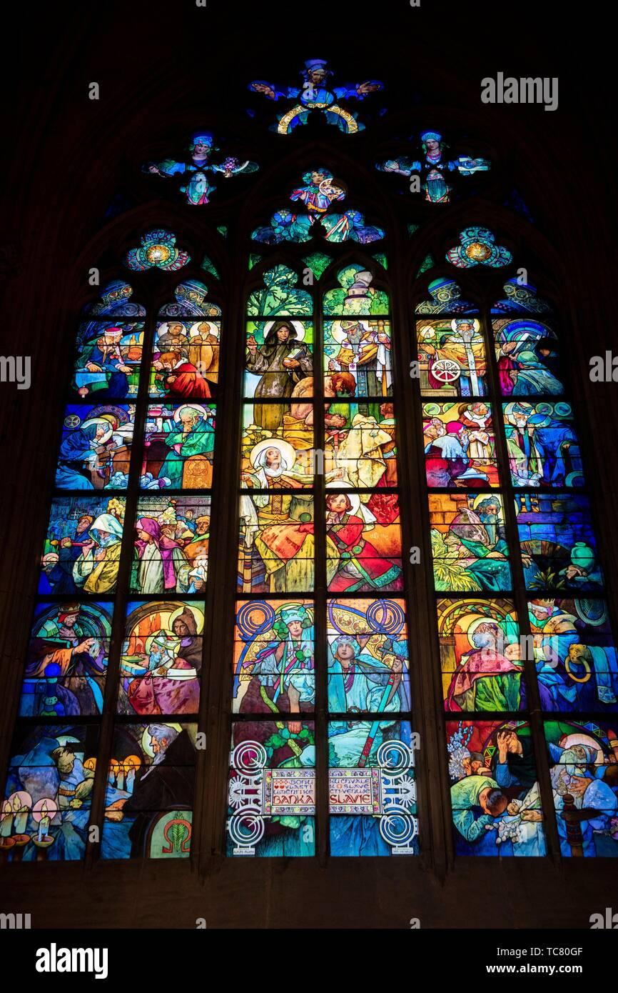 Art Nouveau vetrate di Alponse Mucha, la Cattedrale di San Vito, il Castello di Praga, Repubblica Ceca. Immagini Stock