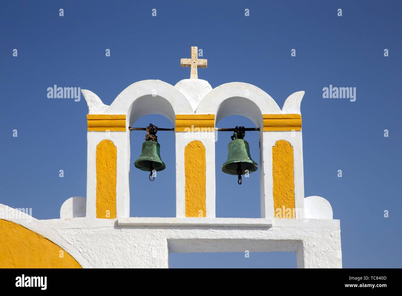 Il campanile di una chiesa in Oia, Santorini, Grecia, l'Europa. Foto Stock