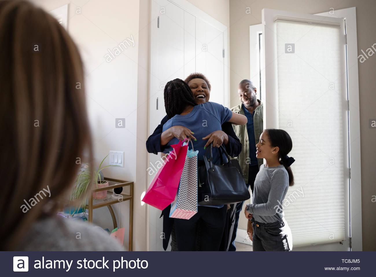 La famiglia felice saluto nonni Immagini Stock