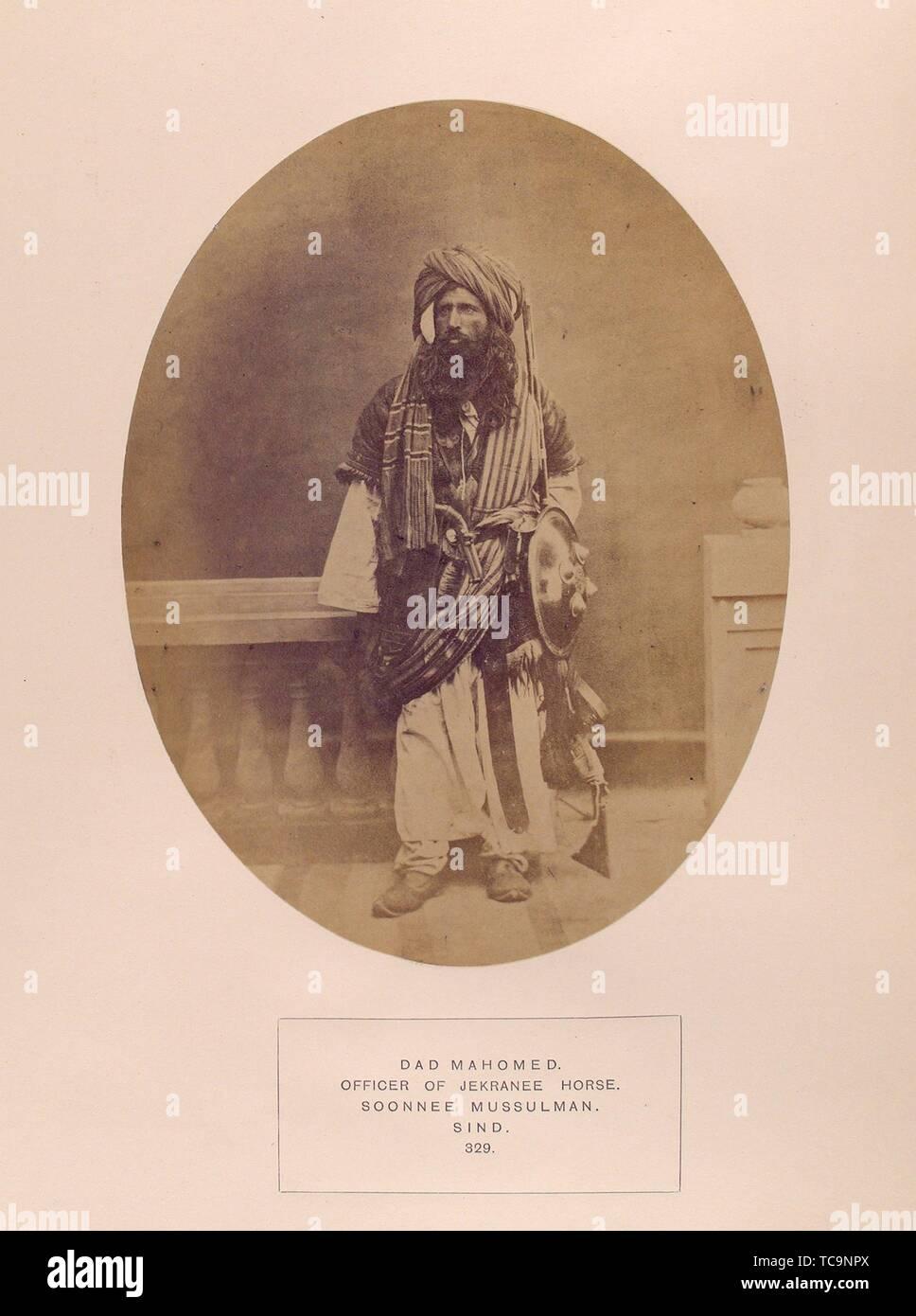 Papà Mahomed, ufficiale del cavallo Jekranee, Soonnee Mussulman, Sind. Il popolo dell India. Data di pubblicazione: 1868 - 1875 Luogo: Londra Editore: India museo. Immagini Stock