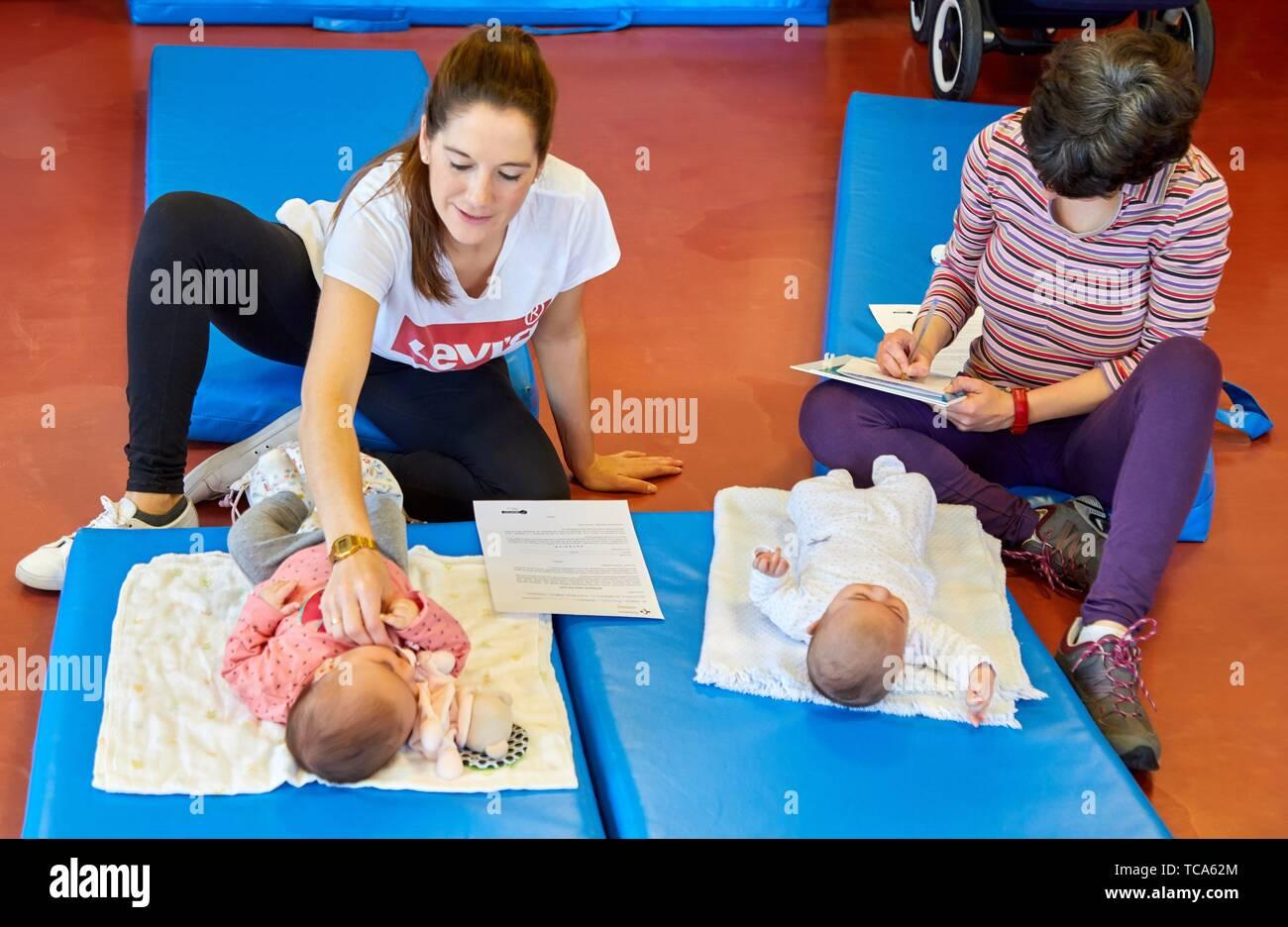 Le mamme con bambini in fase postpartum ginnastica, centro salute, Zarautz, Gipuzkoa, Paesi Baschi Immagini Stock