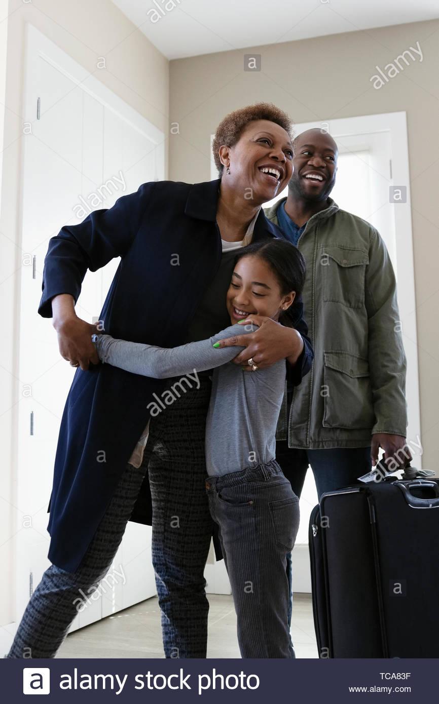 Felice nipote saluto, abbracciando la nonna Immagini Stock