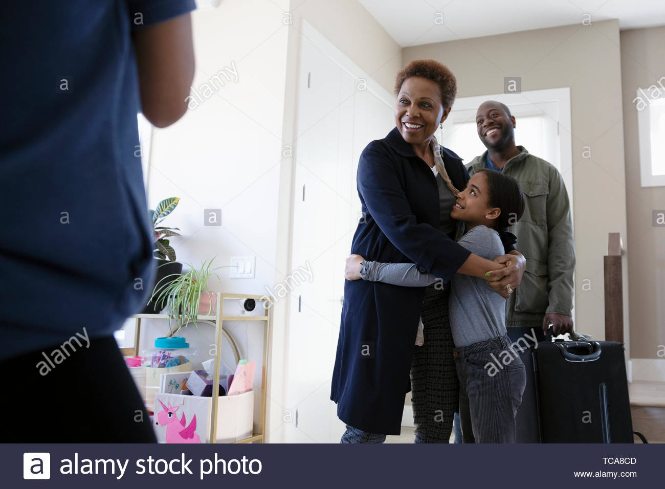 Felice nipote saluto e abbraccio nonna Immagini Stock