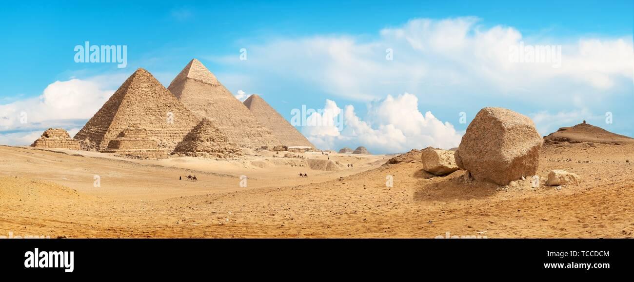 Piramidi di Giza nel deserto di giorno. Foto Stock
