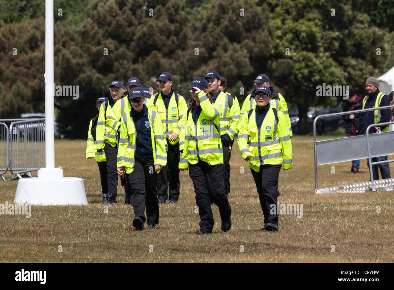 Un gruppo di cadetti camminare insieme in giacche ad alta visibilità Immagini Stock