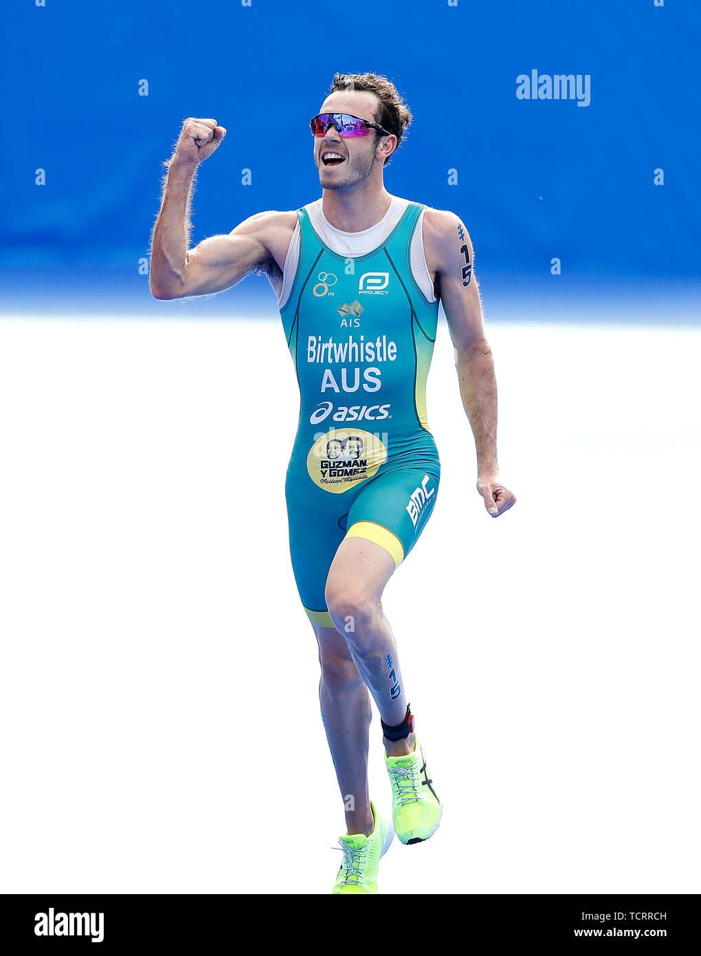 Australia dal Jacob Birtwhistle celebra vincendo il maschile di triathlon, durante il 2019 ITU Triathlon World Series Evento in Leeds. Immagini Stock