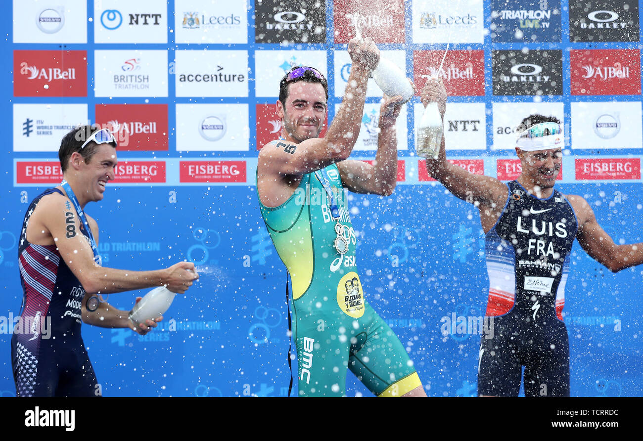 Australia dal Jacob Birtwhistle (centro) celebra il vincitore uomini Triathlon, durante il 2019 ITU Triathlon World Series Evento in Leeds. Immagini Stock