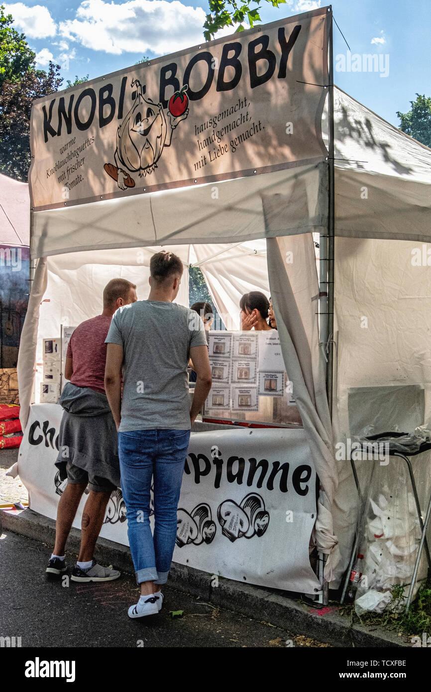 Berlino Kreuzberg, Blucherplatz. 7 -10th Giugno 2019. Il Carnevale delle culture street festival: un evento annuale a Pentecoste che celebra la città della diversità multiculturale con musicali, culturali e bancarelle di vendita di alimenti e bevande da tutto il mondo, Credito: Eden Breitz/Alamy Immagini Stock