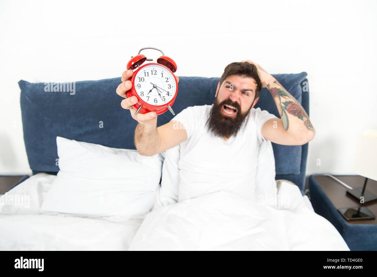 Migliori orologi di allarme per le persone che odiano la mattina. Uomo Barbuto hipster odio svegliarsi presto. L'energia distruttiva. Più difficile momento della giornata. È del tutto normale per odiare il vostro suono di allarme. Odioso pianificazione. Immagini Stock