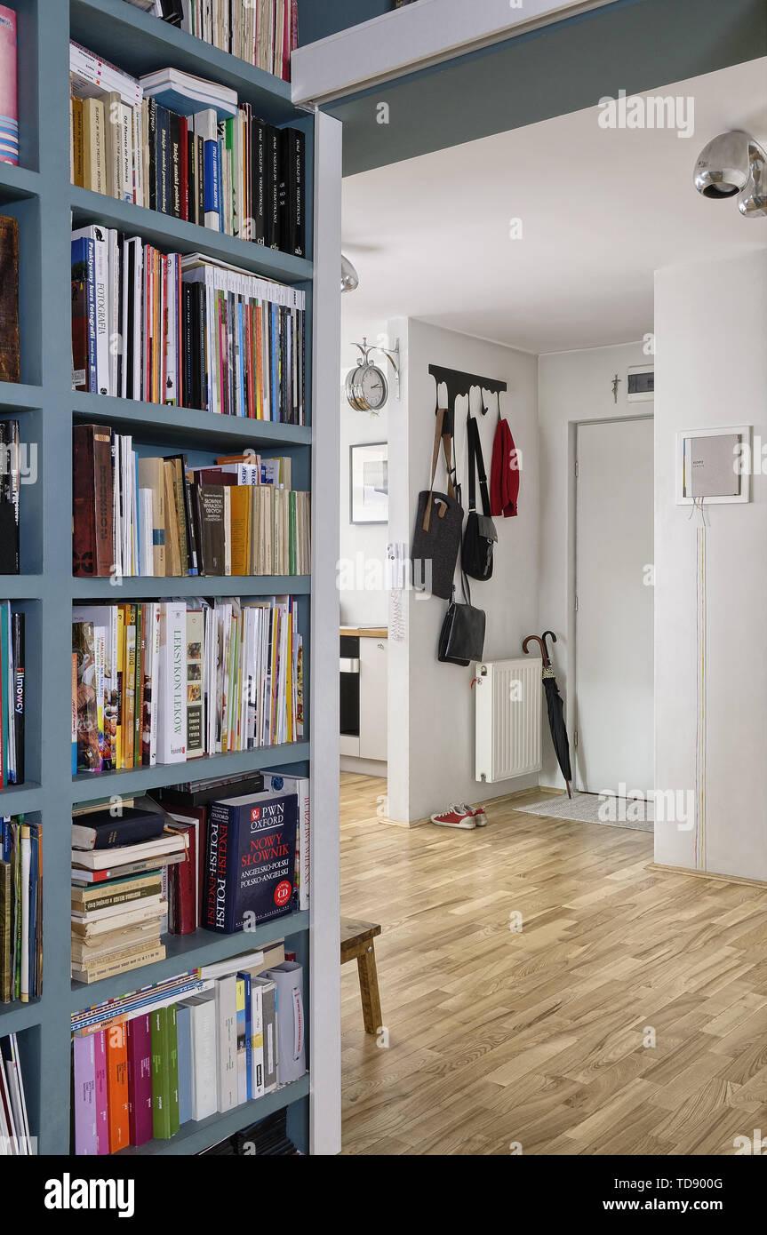 Appendiabiti Da Ingresso Chiuso libreria nel corridoio accanto all'appartamento ingresso con