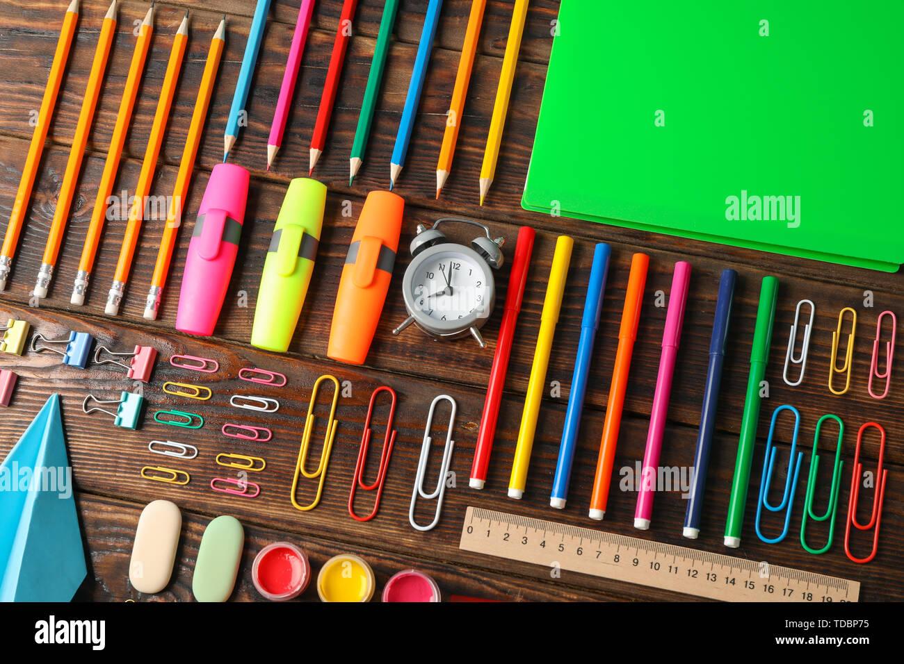 Piano di composizione dei laici con forniture scolastiche su sfondo di legno Foto Stock
