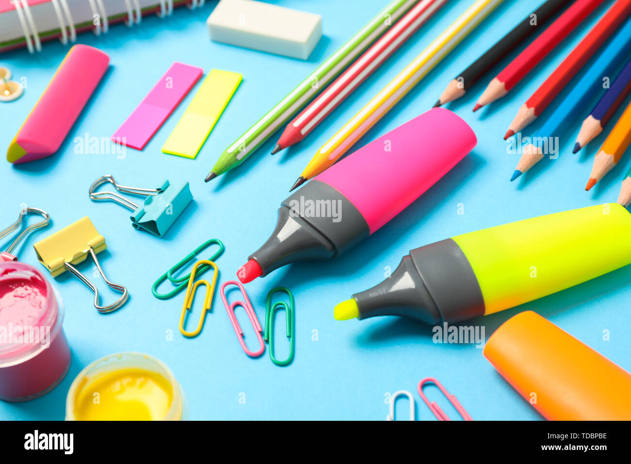 Composizione con forniture scolastiche sul colore di sfondo, primo piano Foto Stock