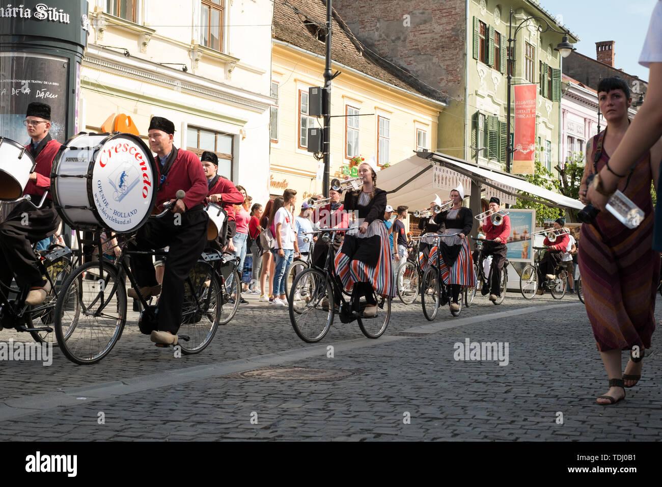 La città di Sibiu, Romania - 14 giugno 2019. Crescendo Opende banda di bicicletta da Paesi Bassi performanti a Sibiu il Festival Internazionale del Teatro da Sibiu, Immagini Stock