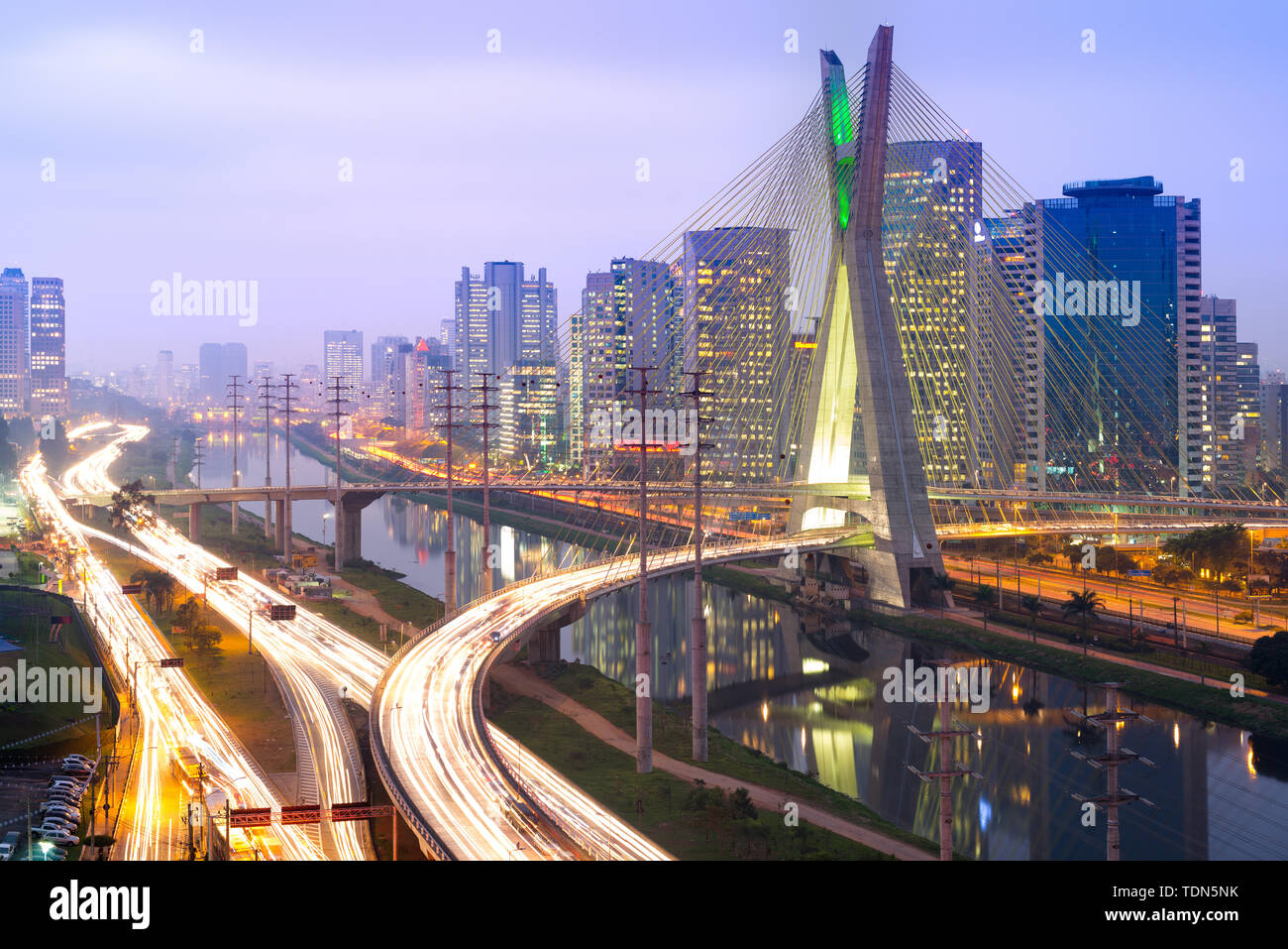 Skyline di Sao Paulo di notte, Brasile Immagini Stock