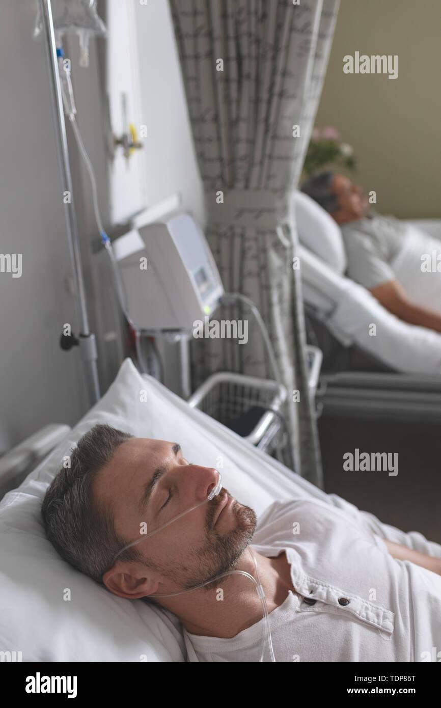 Paziente di sesso maschile dormire nel letto per il reparto Foto Stock